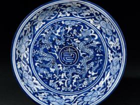 明嘉靖青花留白双龙捧寿纹盘成交价(人民币):1,472,000