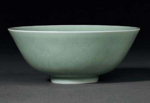 清道光青釉暗刻缠枝花卉纹碗成交价(人民币):69,000